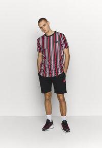 Supply & Demand - PIN VERTICAL STRIPE - T-shirt con stampa - black/red - 1
