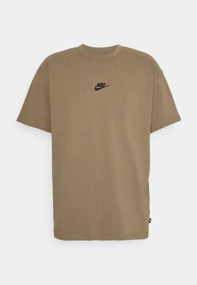 TEE PREMIUM ESSENTIAL - T-shirts - sandalwood