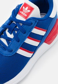 adidas Originals - LA TRAINER LITE SHOES - Trainers - team royal blue/footwear white/scarlet - 5