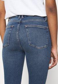 Good American - WAIST CROP RAW EDGE - Jeans Skinny Fit - blue - 5