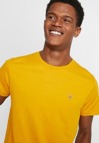 GANT - THE ORIGINAL - T-shirts basic - ivy gold - 4