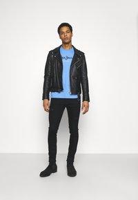 Pepe Jeans - EGGO  - T-shirt med print - bright blue - 1