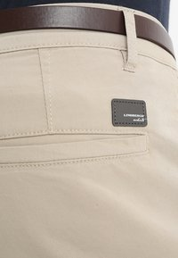 Lindbergh - CLASSIC WITH BELT - Chino - sand - 7