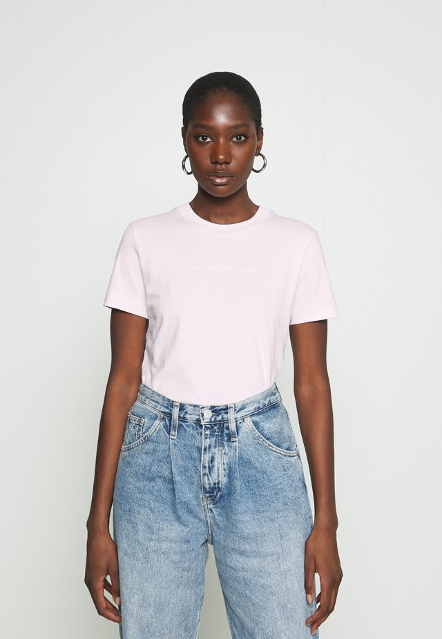 SHRUNKEN INSTITUTIONAL TEE - T-shirt imprimé - pearly pink