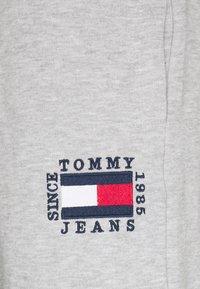 Tommy Jeans - SLIM BOX FLAG PANT - Pantalon de survêtement - grey - 2