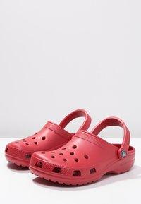 Crocs - CLASSIC UNISEX - Badesandaler - pepper - 6