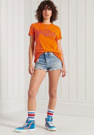 COLLEGIATE CALI STATE - Print T-shirt - denver orange