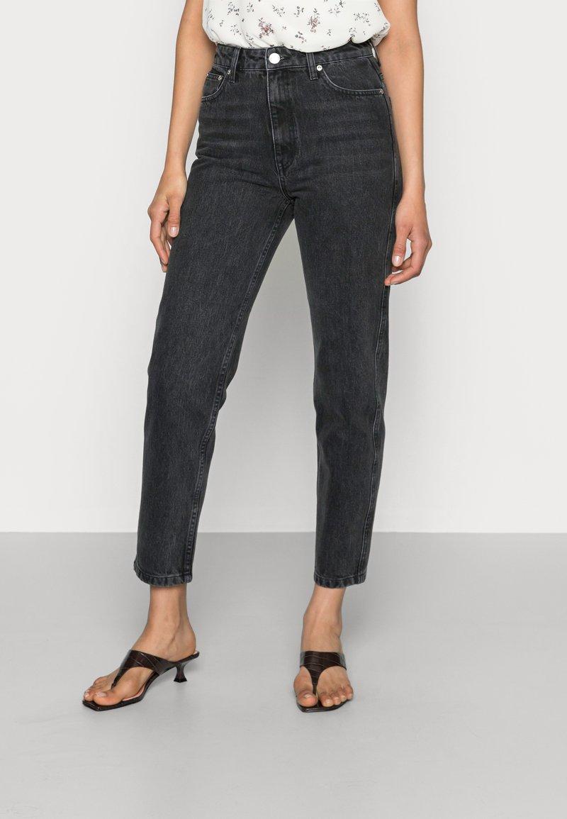 Gestuz - DENA  MOM JEANS  - Straight leg jeans - washed black