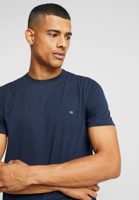 Calvin Klein - T-shirt basic - navy - 3