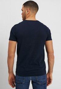 Tommy Hilfiger - LOGO TEE - T-shirts med print - blue - 2