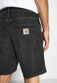 Carhartt WIP - NEWEL MAITLAND - Denim shorts - mid worn wash - 3