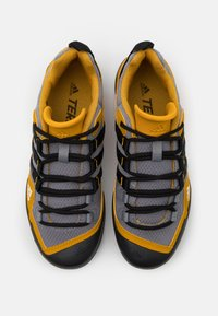 adidas Performance - TERREX SWIFT SOLO - Bergschoenen - grey three/core black/legend gold - 3