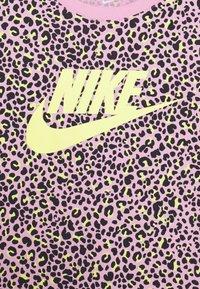 Nike Sportswear - TEE CROP  - T-shirt z nadrukiem - pink rise/limelight - 2