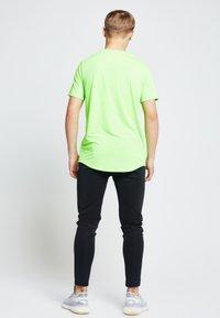 Illusive London Juniors - ILLUSIVE LONDON  - Camiseta estampada - neon green - 2
