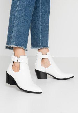 Kotníková obuv - white