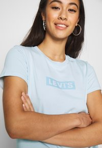 Levi's® - THE PERFECT TEE - T-shirts med print - box tab baby blue - 4