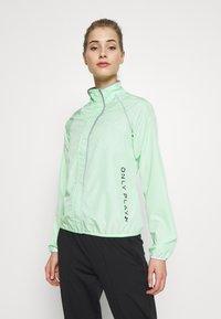ONLY Play - ONPPERFORMANCE RUN JACKET - Sports jacket - green ash/black - 0