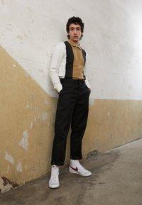 Nike Sportswear - BLAZER MID '77 UNISEX - High-top trainers - white/worn brick/sail - 6