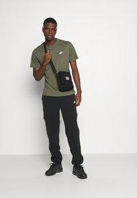 Nike Sportswear - CLUB TEE - T-shirt - bas - twilight marsh/white - 1