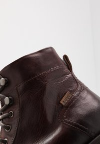 Levi's® - REDDINGER - Lace-up ankle boots - brown - 5