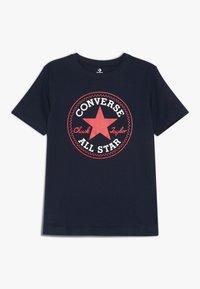 Converse - CORE CHUCK PATCH TEE  - T-shirt z nadrukiem - obsidian/red - 0