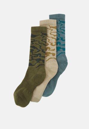 EVERYDAY PLUS CUSH CREW CAMO 3 PACK UNISEX - Sports socks - rough green/hasta/khaki/black