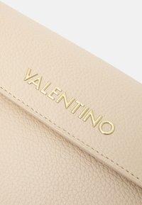 Valentino Bags - ALEXIA - Lommebok - ecru - 4