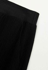 Mango - FLUIDO PLISADO - Trousers - black - 7