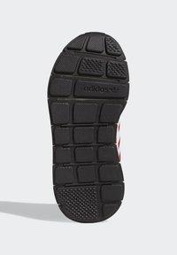 adidas Originals - SWIFT RUN X SHOES - Tenisky - scarlet/ftwr white/core black - 4