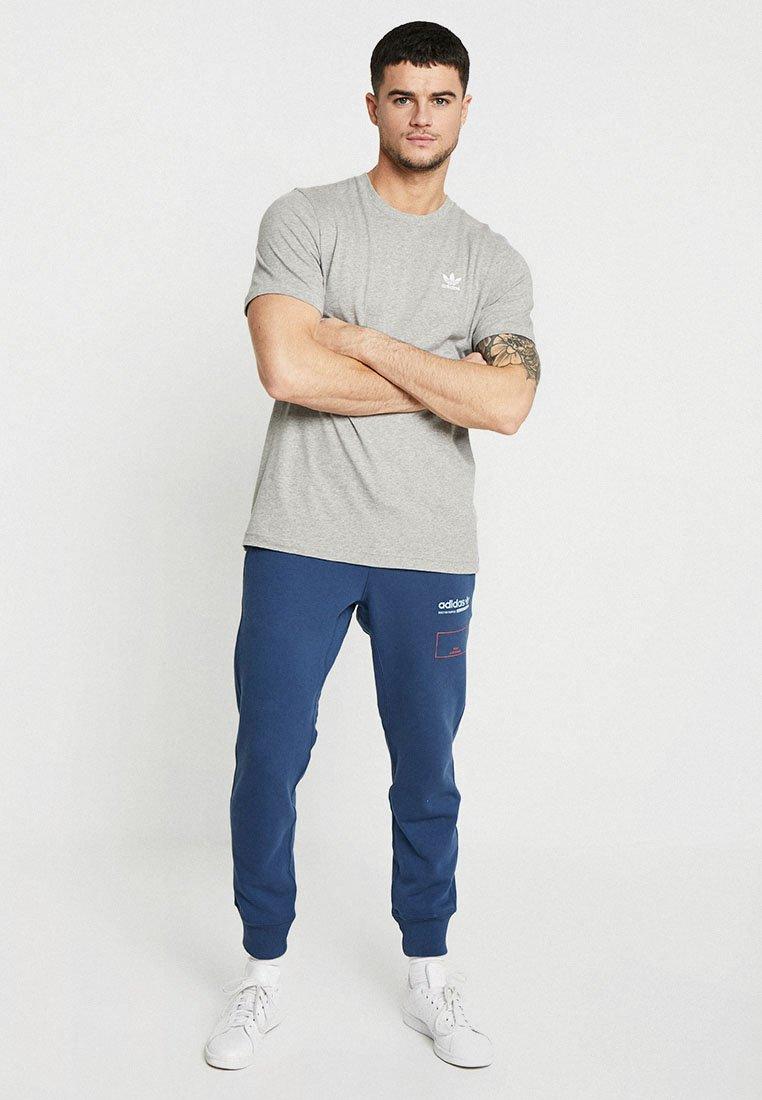 Adidas Originals Adicolor Essential Tee - T-shirt Z Nadrukiem Grey