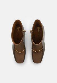 Tory Burch - EQUESTRIAN LINK BOOTIE - Kotníková obuv na vysokém podpatku - burnt taupe/river rock - 3