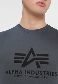 Alpha Industries - BASIC - Print T-shirt - grey/black - 4