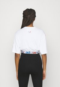 adidas Originals - PRIMEBLUE ADICOLOR ORIGINALS RELAXED T-SHIRT - Print T-shirt - white - 2