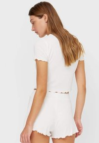 Stradivarius - WITH LETTUCE-EDGE TRIMS - Print T-shirt - off-white - 2