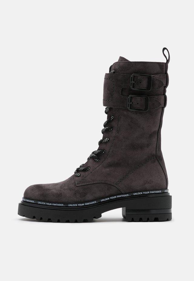 Šněrovací vysoké boty - lavagna