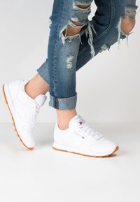 Reebok Classic - CLASSIC LEATHER CUSHIONING MIDSOLE SHOES - Trainers - white - 0