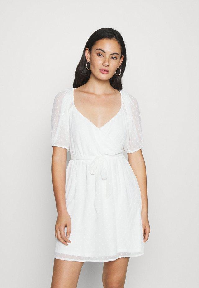 DOBBY WRAP DRESS - Freizeitkleid - white