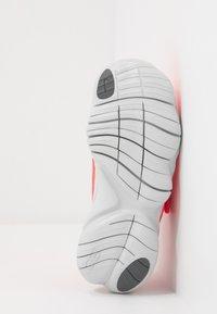Nike Performance - FREE RN 5.0 - Laufschuh Natural running - laser crimson/light smoke grey/smoke grey/photon dust - 5