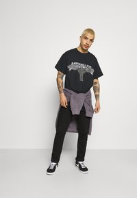 Mennace - OF DEATH OVERSIZED - T-shirt con stampa - washed black - 1