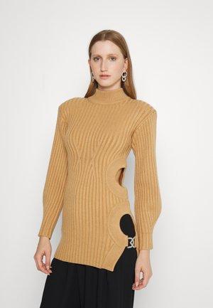 SIDE CUTOUTS KNIT  - Stickad klänning - beige