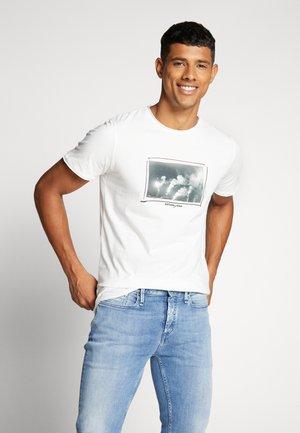 JORPANAX TEE CREW NECK  - T-shirt med print - cloud dancer
