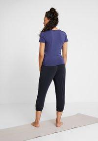 Curare Yogawear - PANTS LONG LOOSE - Pantalon de survêtement - black - 2