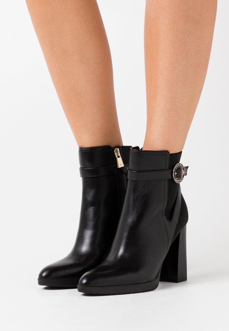 Emporio Armani - Kotníková obuv na vysokém podpatku - black