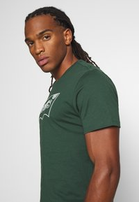 Levi's® - HOUSEMARK GRAPHIC TEE - Print T-shirt - green - 3