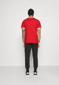 adidas Originals - STRIPES TEE - Camiseta estampada - scarlet - 2