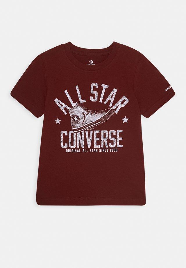 COLLEGIATE SHOE TEE - T-shirt z nadrukiem - team red