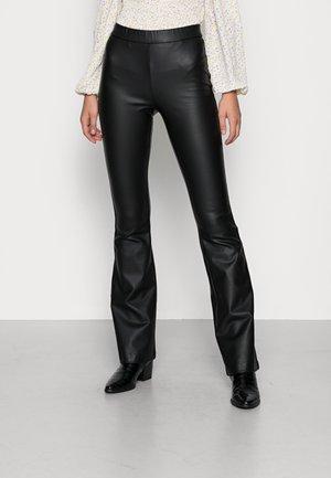 VMKAMMA MR FLARED COATED PANT - Kalhoty - black