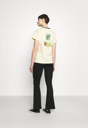 FRUITY FOOD RELAXED TEE - Camiseta estampada - banana cake
