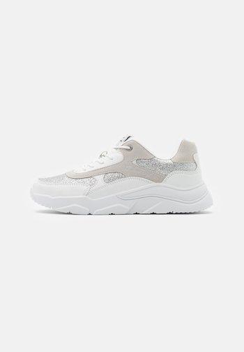 LOW CUT SHOE - Sportovní boty - white