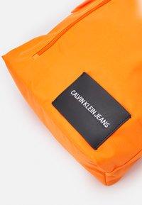 Calvin Klein Jeans - ROUND FRONT ZIP UNISEX - Sac à dos - vivid orange - 4